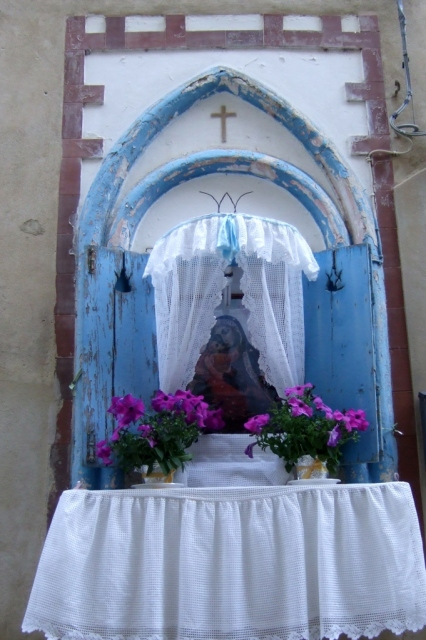 Shrine in wall in centro storico - Caltagirone