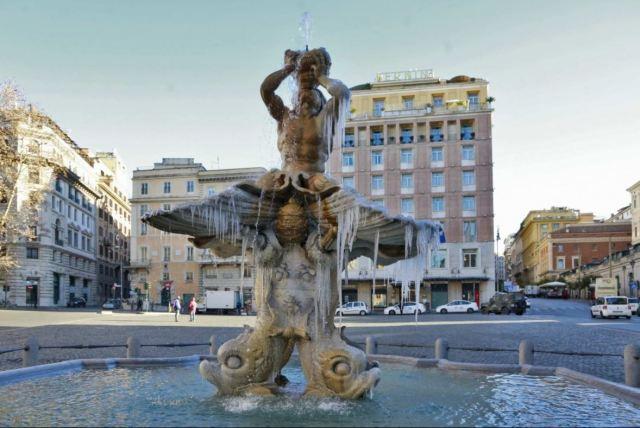 Frozen fountain in Rome Photo by http://roma.repubblica.it/cronaca/2017/01/07/foto/roma_lo_spettacolo_delle_fontane_ghiacciate-155561536/1/#8